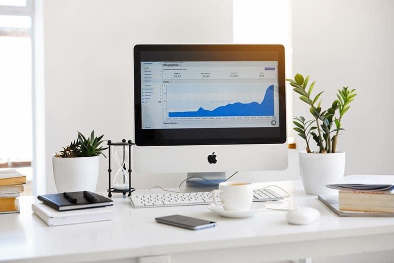 komputer z wykresem finansowym