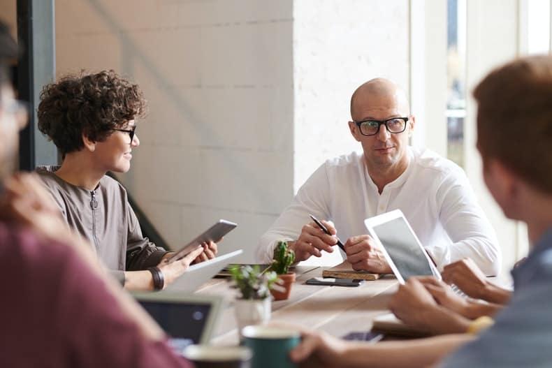 ludzie siedzący przy stole w biurze
