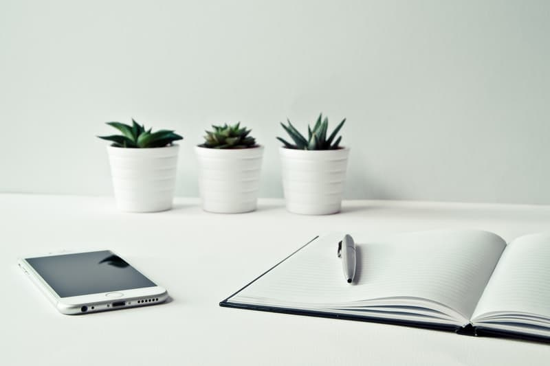 biurko z telefonem i zeszytem