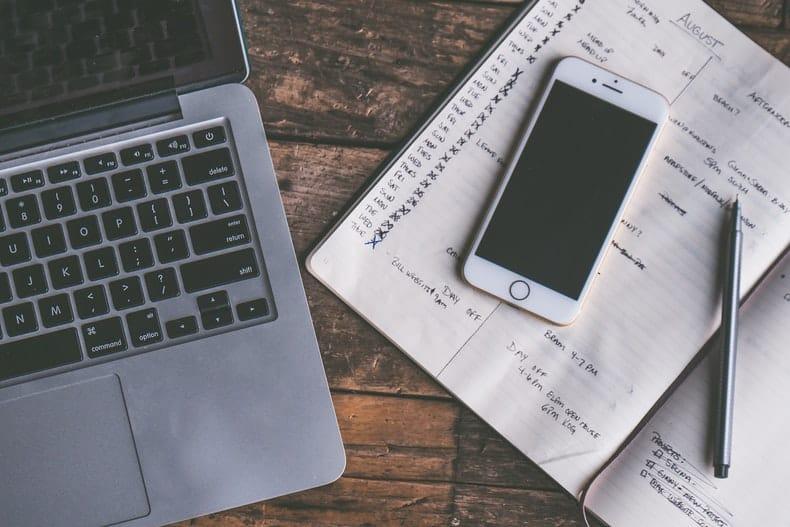 komputer, telefon i zeszyt z notatkami