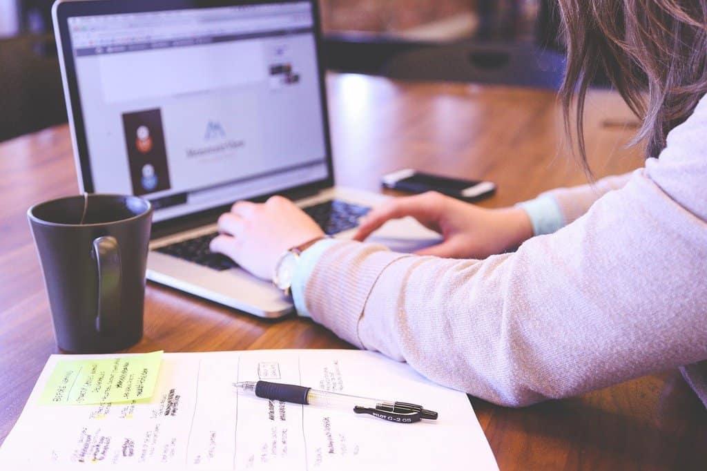 mężczyzna pracujący zdalnie na laptopie
