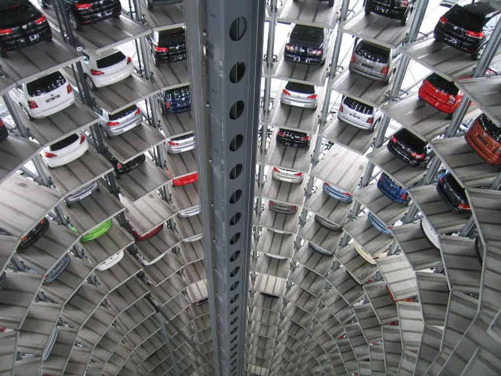 Samochody zaparkowane w nowoczesnym, piętrowym garażu