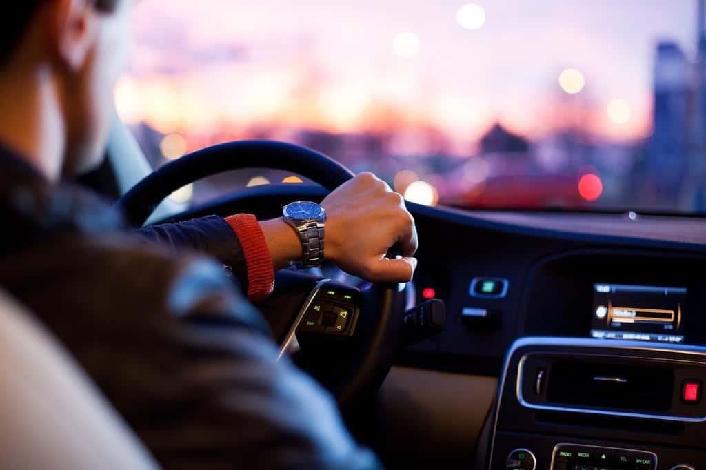 mężczyzna za kierownicą samochodu