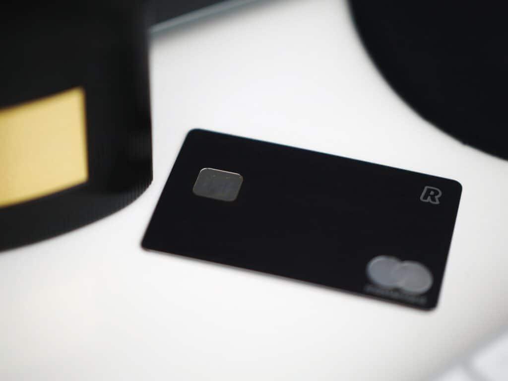 czarna karta płatnicza Revolut leżąca na stole