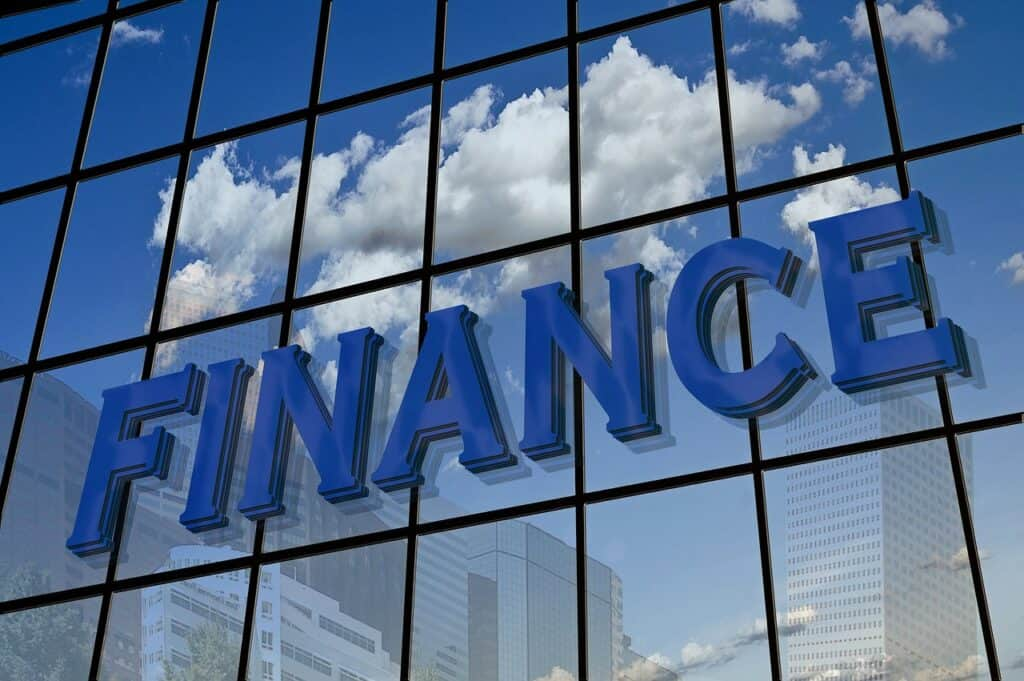 szklany budynek z angielskim napisem finance