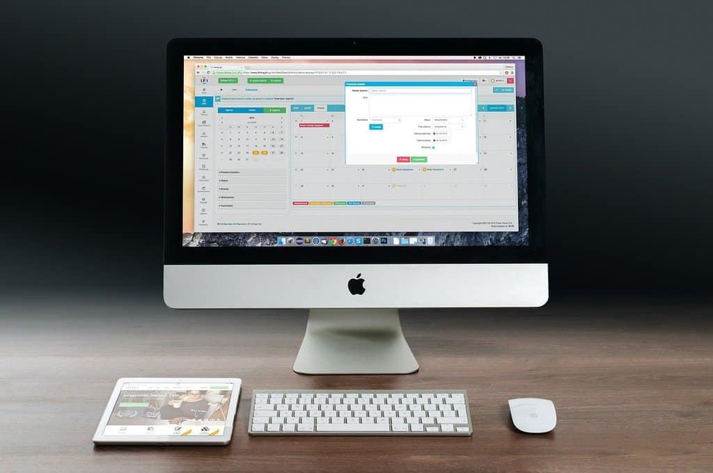 uruchomiony nowoczesny komputer stojący na stole
