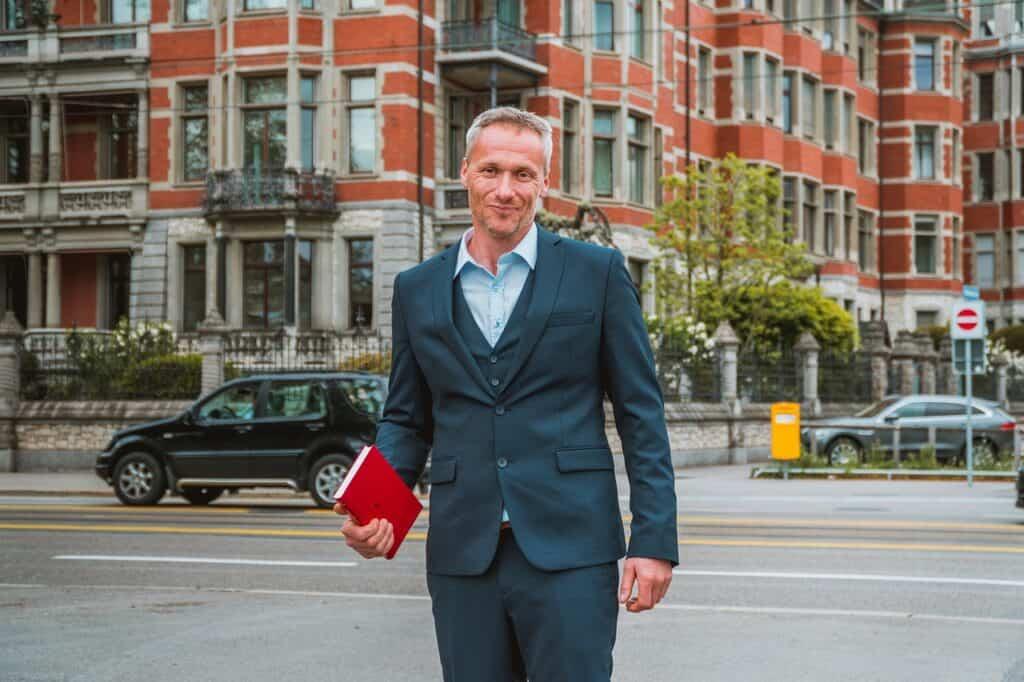 mężczyzna w mieście z kalendarzem w ręce