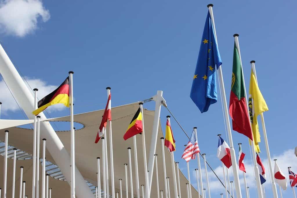 powiewające flagi na tle błękitnego nieba