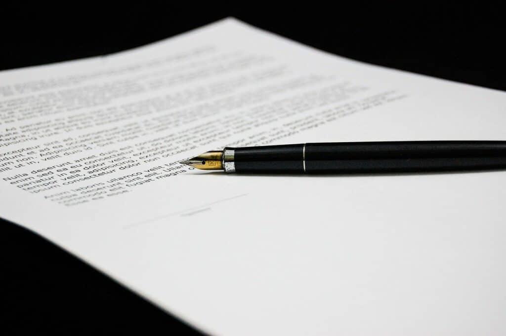 pióro leżące na dokumencie