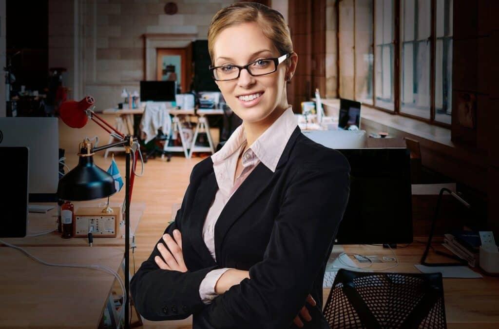 elegancko brana kobieta w okularach stojąca w biurze