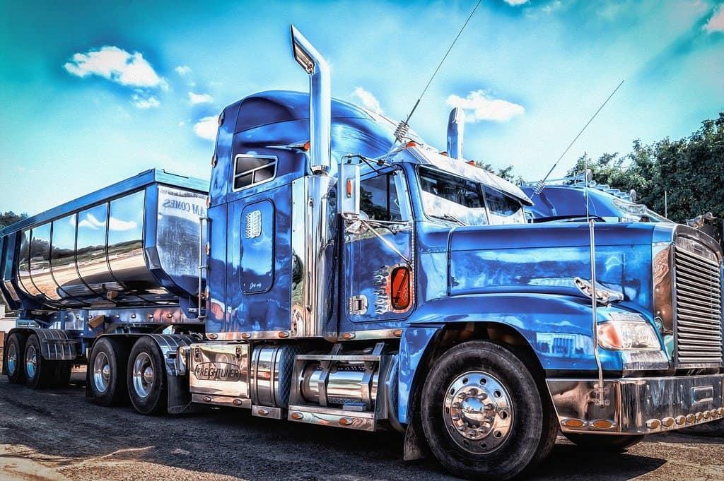 duża niebieska ciężarówka
