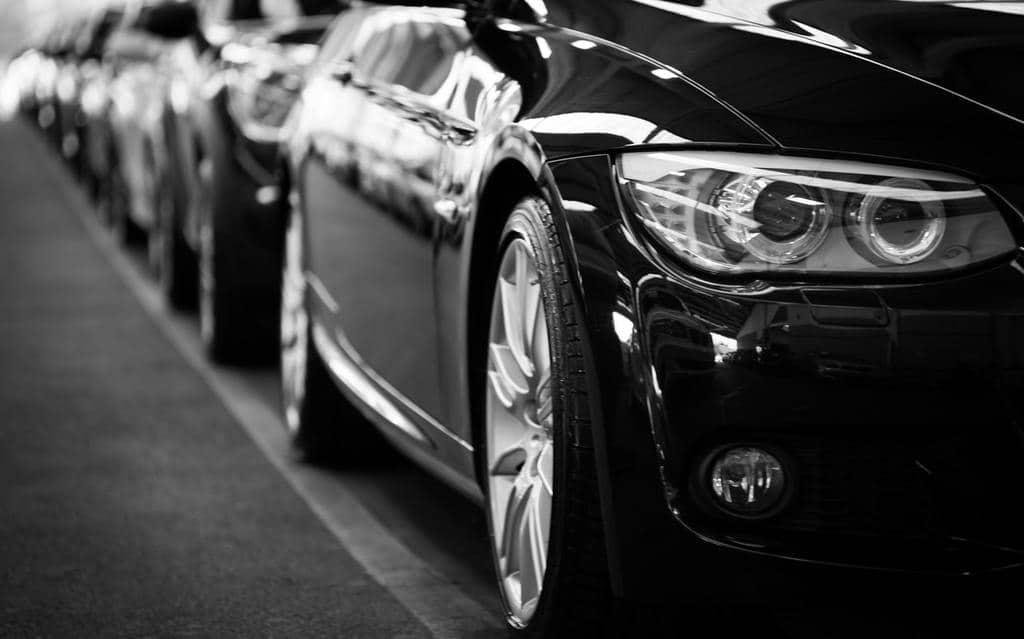 samochody stojące w rzędzie
