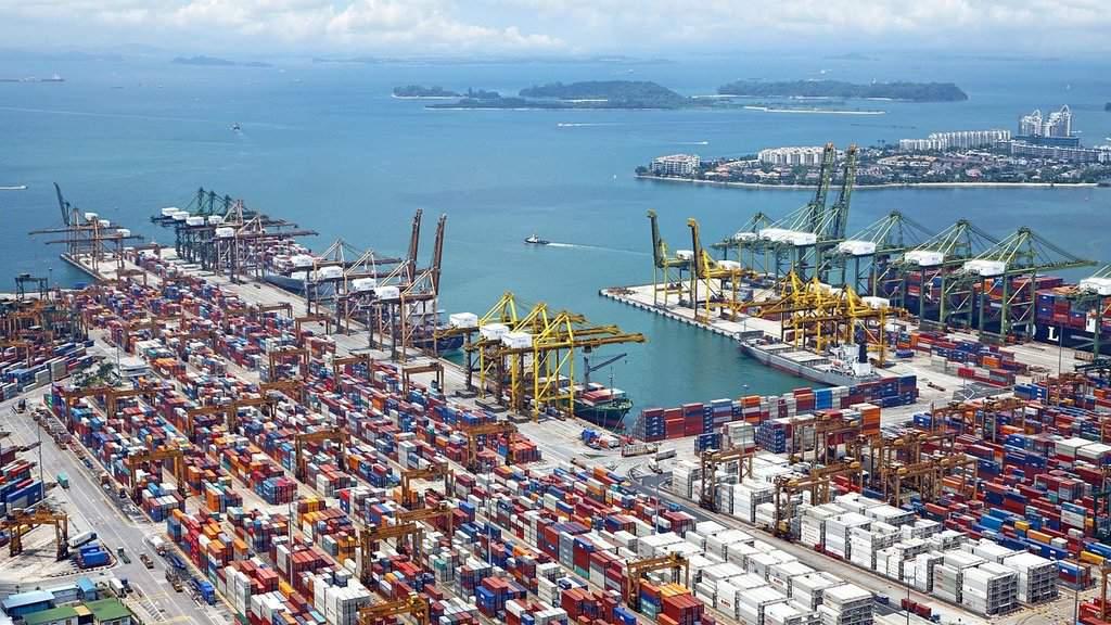 kontenery stojące w międzynarodowym porcie handlowym
