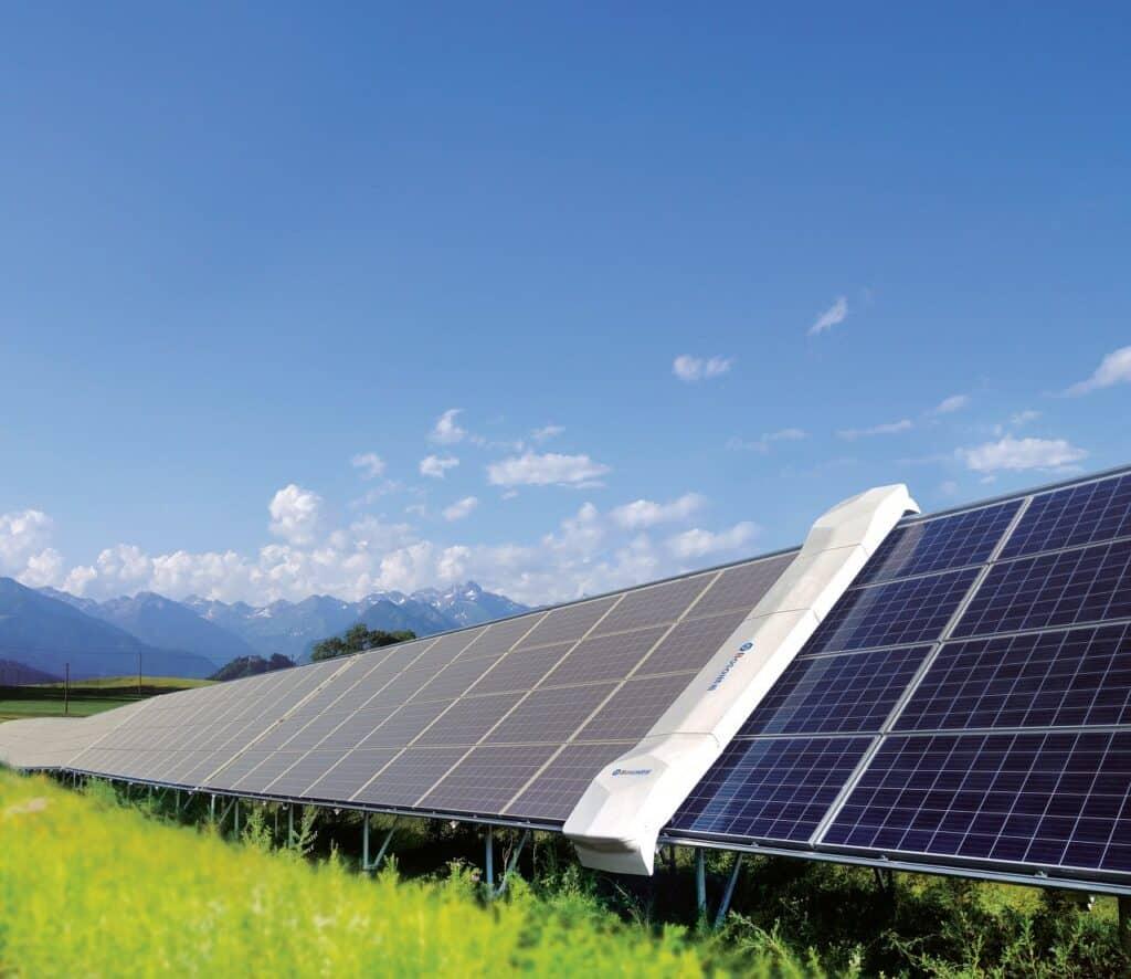 panele słoneczne zamontowane na łące