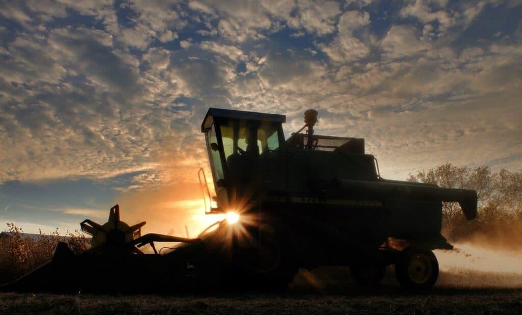 kombajn na polu podczas zachodu słońca