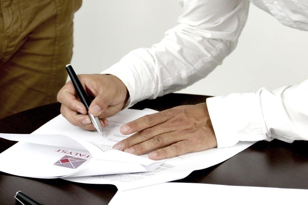 podpisywanie dokumentów przez mężczyznę