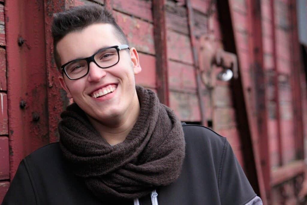 uśmiechnięty młody mężczyzna na w okularach