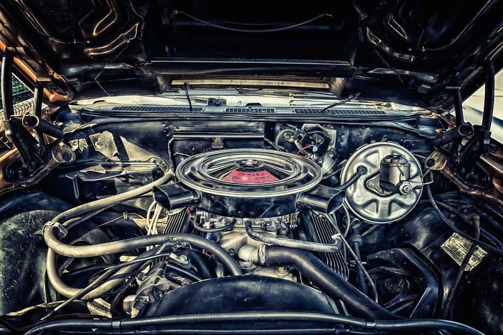 silnik samochodowy pod maską samochodu