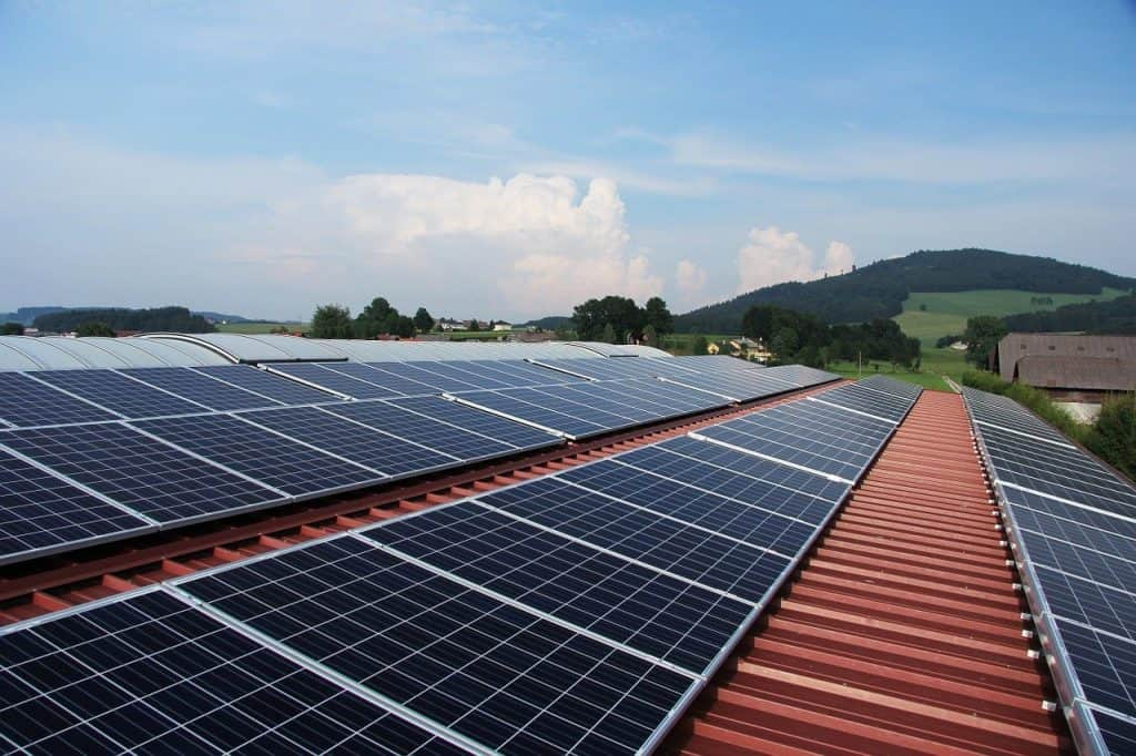 panele słoneczne ułożone na długim dachu